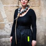 Nathalie-Perret-con-pieza-de-Aude-MedoriEN